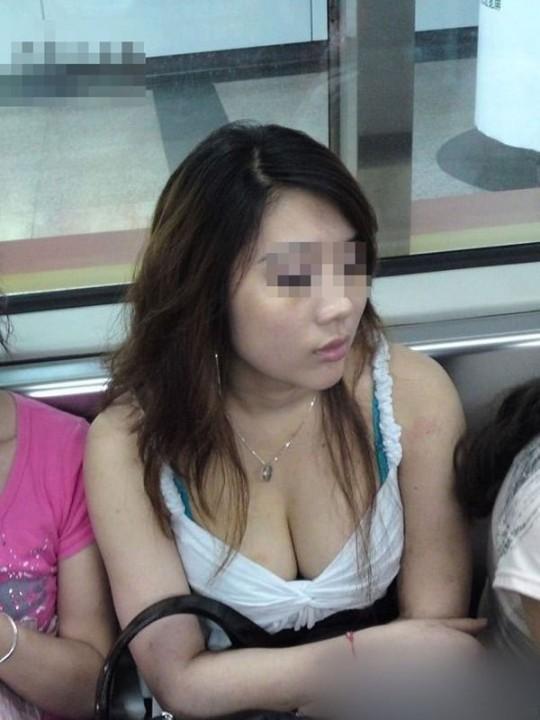 【おっぱい】電車で油断してる女の子のおっぱいがエロすぎる! 22