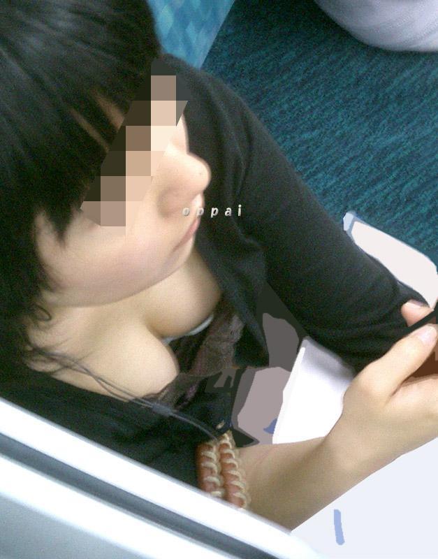 【おっぱい】電車で油断してる女の子のおっぱいがエロすぎる! 25