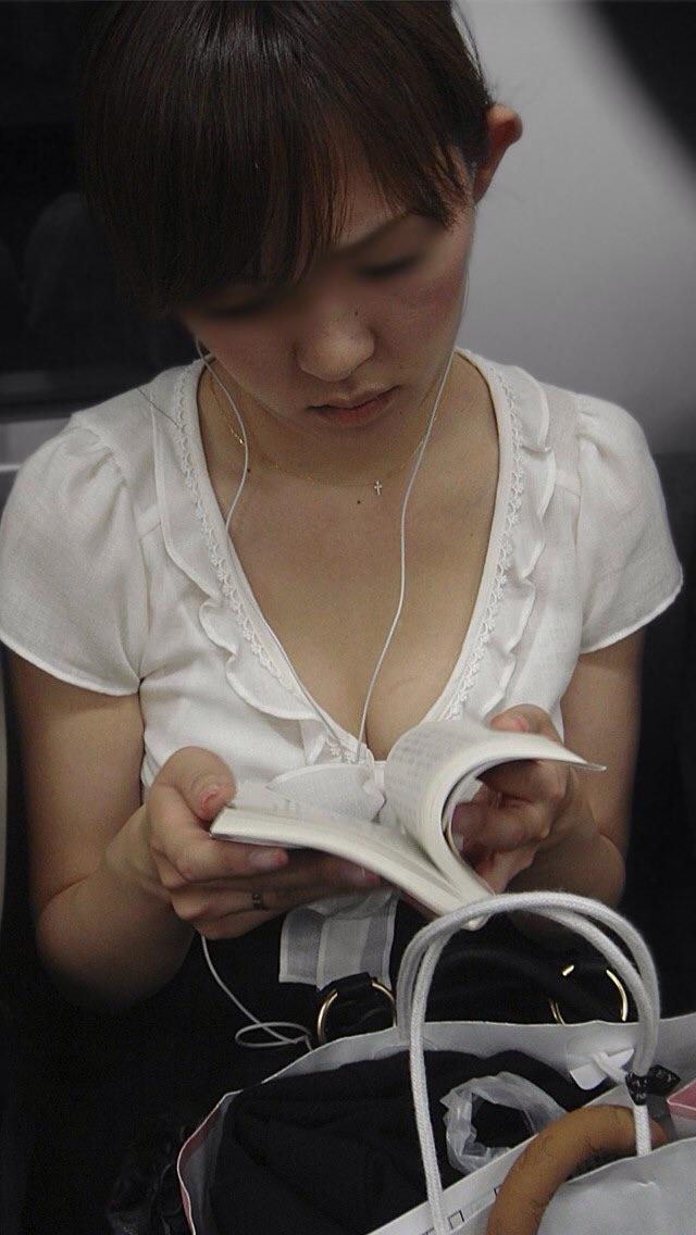 【おっぱい】電車で油断してる女の子のおっぱいがエロすぎる! 28