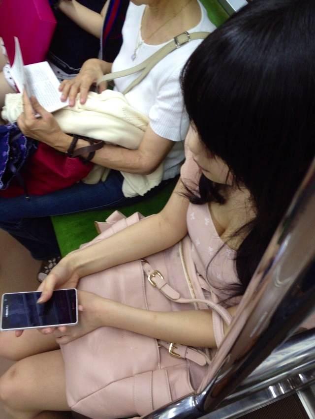 【おっぱい】電車で油断してる女の子のおっぱいがエロすぎる! 29