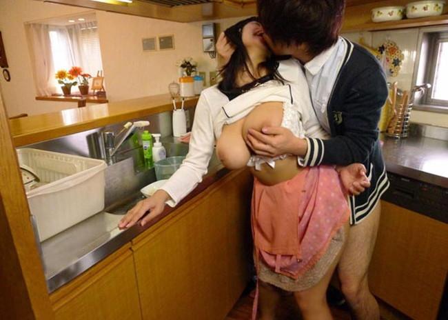 【おっぱい】男子禁制のキッチンでおっぱい丸出しの女がエロすぎる!【30枚】