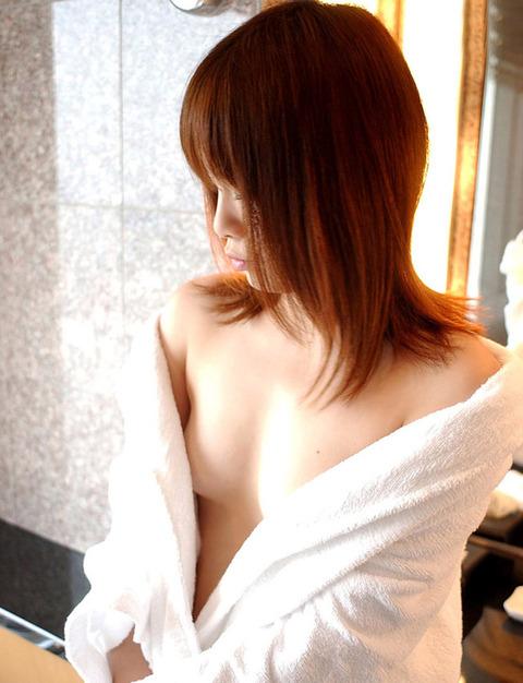 【おっぱい】お風呂上がりのバスローブから見えるおっぱいがエロすぎる!【30枚】 05