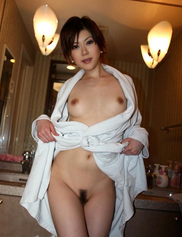 【おっぱい】お風呂上がりのバスローブから見えるおっぱいがエロすぎる!【30枚】 14