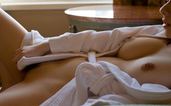 【おっぱい】お風呂上がりのバスローブから見えるおっぱいがエロすぎる!【30枚】 27