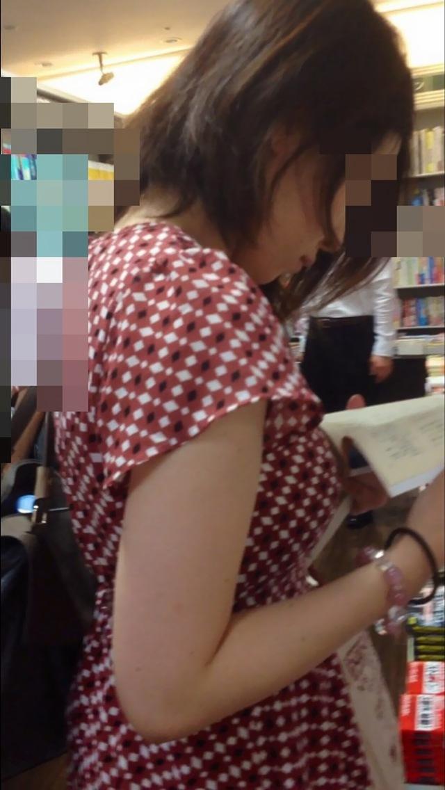【おっぱい】服の上からも丸わかりなふっくらおっぱいがエロすぎる!【30枚】 22