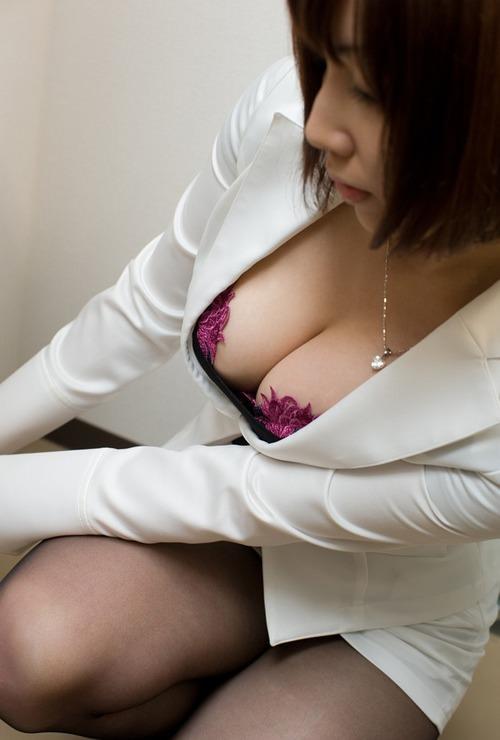 【おっぱい】スーツからおっぱいがこぼれ落ちちゃうお姉さんがエロすぎる【30枚】 18