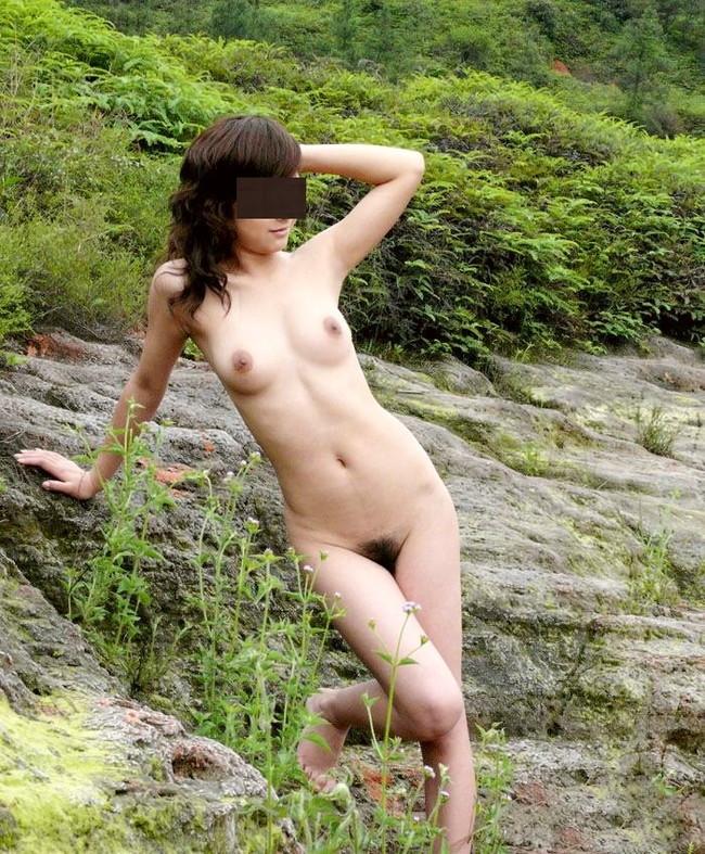 【おっぱい】大自然を肌に感じる山でおっぱいを露出してる女がエロすぎる【30枚】 08