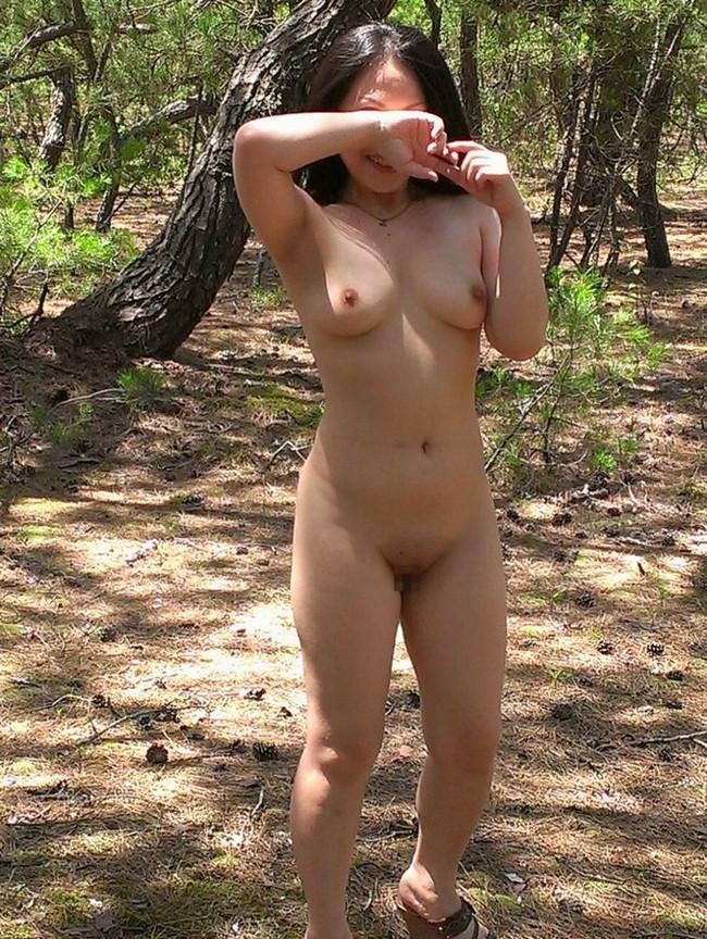 【おっぱい】大自然を肌に感じる山でおっぱいを露出してる女がエロすぎる【30枚】 25