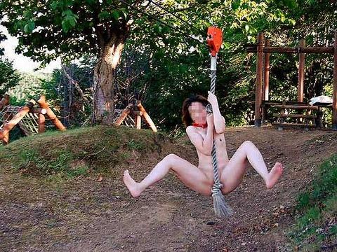 【おっぱい】おっぱい丸出しで公園を占拠しちゃう露出狂がエロすぎる【30枚】 01