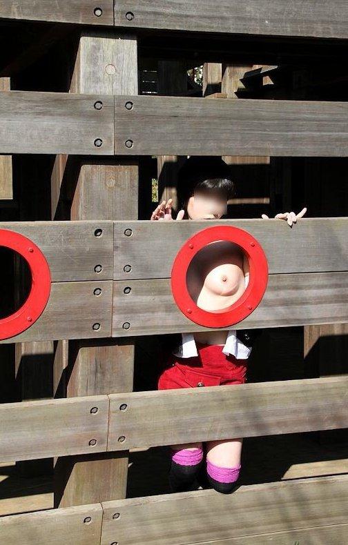 【おっぱい】おっぱい丸出しで公園を占拠しちゃう露出狂がエロすぎる【30枚】 21