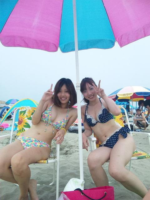【おっぱい】浜辺ではち切れんばかりのおっぱいを披露するギャルがエロすぎる【30枚】 01