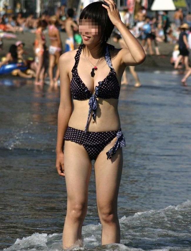 【おっぱい】浜辺ではち切れんばかりのおっぱいを披露するギャルがエロすぎる【30枚】 12