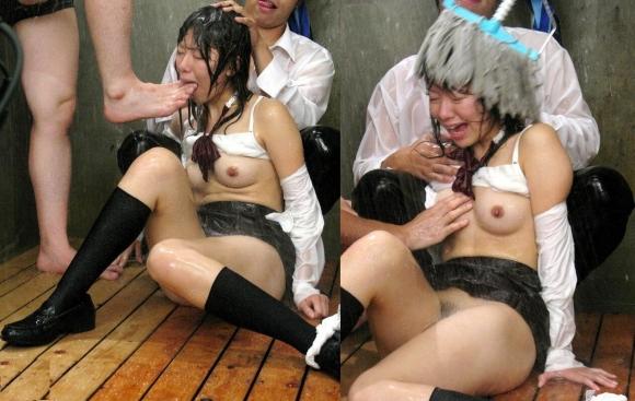 【おっぱい】おっぱいを丸出しにされレイプされてる感じ女がエロすぎる【30枚】 08