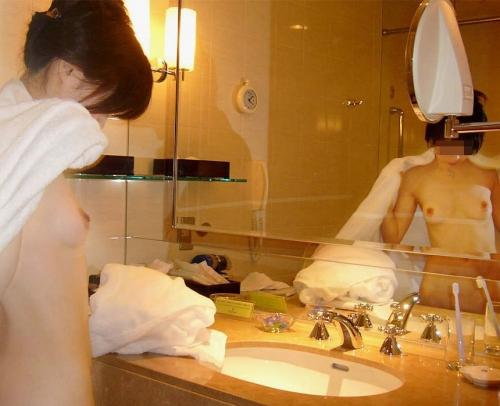 【おっぱい】洗面台でおっぱい丸出しの画像を激写しちゃってエロすぎる!【30枚】 07