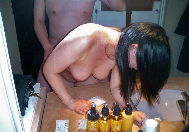 【おっぱい】洗面台でおっぱい丸出しの画像を激写しちゃってエロすぎる!【30枚】 19