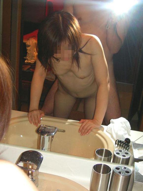 【おっぱい】洗面台でおっぱい丸出しの画像を激写しちゃってエロすぎる!【30枚】 29