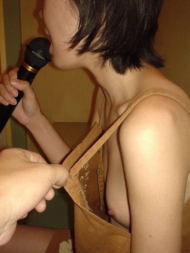 【おっぱい】カラオケで悪ノリでおっぱい丸出しにしちゃう女がエロすぎる【30枚】 13