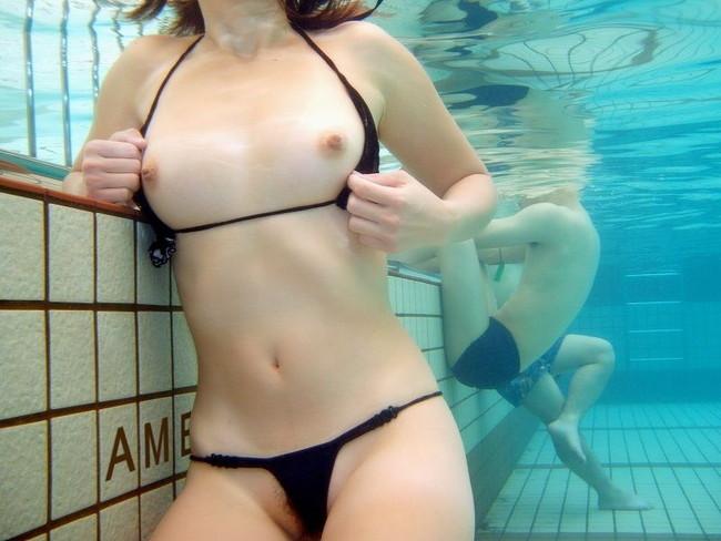 【おっぱい】水中から撮影されておっぱいが神秘的でエロすぎる!【30枚】 10