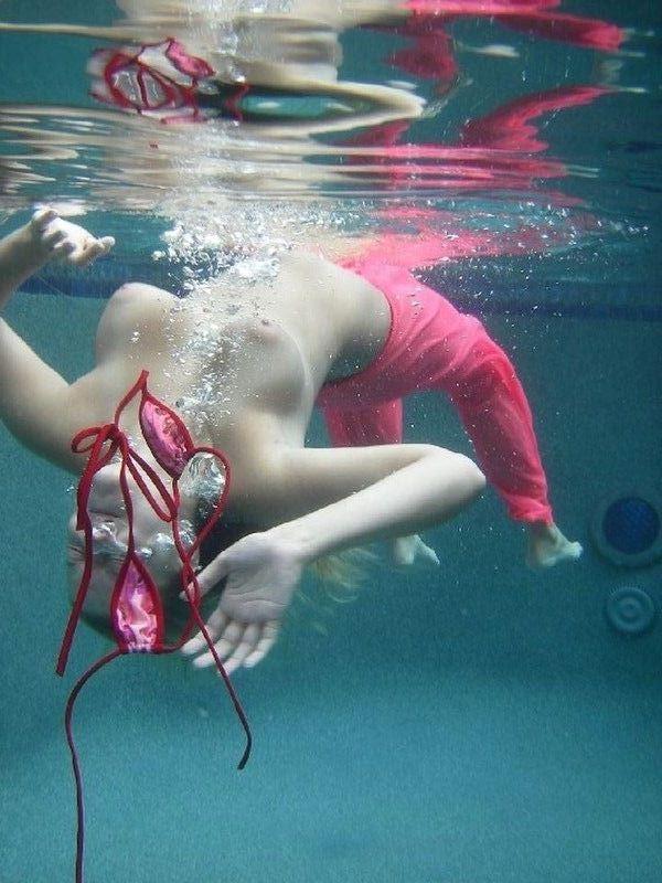 【おっぱい】水中から撮影されておっぱいが神秘的でエロすぎる!【30枚】 18