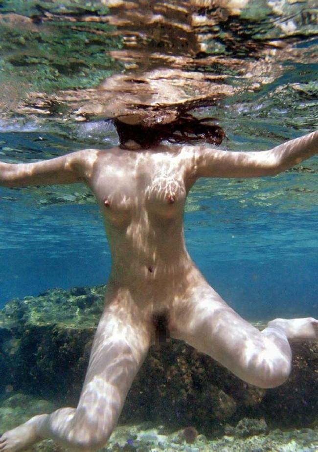 【おっぱい】水中から撮影されておっぱいが神秘的でエロすぎる!【30枚】 20