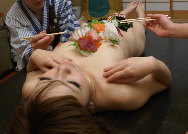 【おっぱい】おっぱいに食材が盛られている女体盛りがエロすぎる!【30枚】 01
