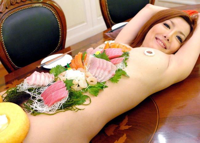 【おっぱい】おっぱいに食材が盛られている女体盛りがエロすぎる!【30枚】 10
