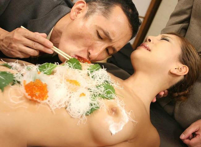 【おっぱい】おっぱいに食材が盛られている女体盛りがエロすぎる!【30枚】 18