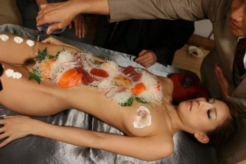 【おっぱい】おっぱいに食材が盛られている女体盛りがエロすぎる!【30枚】 22