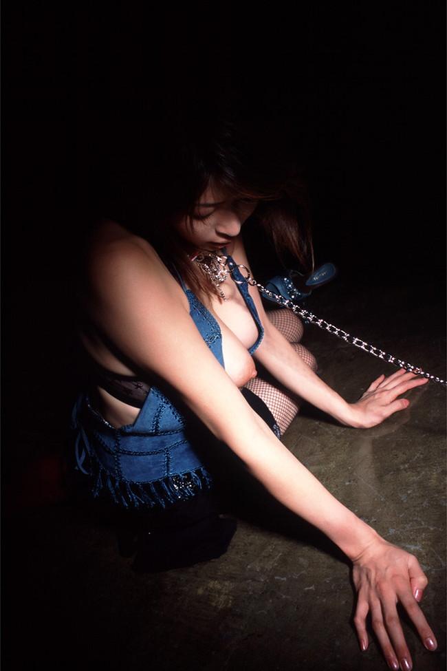 【おっぱい】首輪につながれて絶対服従させられてるおっぱい丸出しの女がエロすぎる【30枚】 16