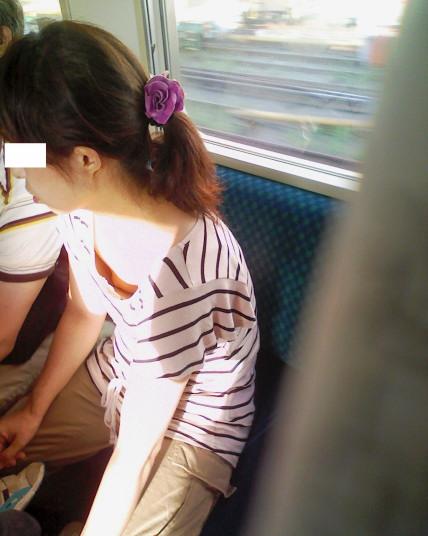 【おっぱい】電車の中で見つけちゃった巨乳ちゃんの胸チラがエロすぎる!【30枚】 17