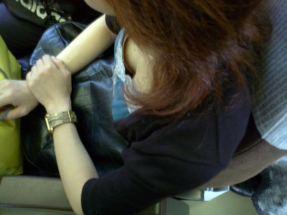 【おっぱい】電車の中で見つけちゃった巨乳ちゃんの胸チラがエロすぎる!【30枚】 20
