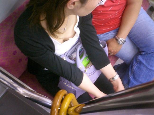 【おっぱい】電車の中で見つけちゃった巨乳ちゃんの胸チラがエロすぎる!【30枚】 21