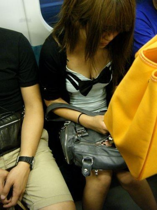 【おっぱい】電車の中で見つけちゃった巨乳ちゃんの胸チラがエロすぎる!【30枚】 29