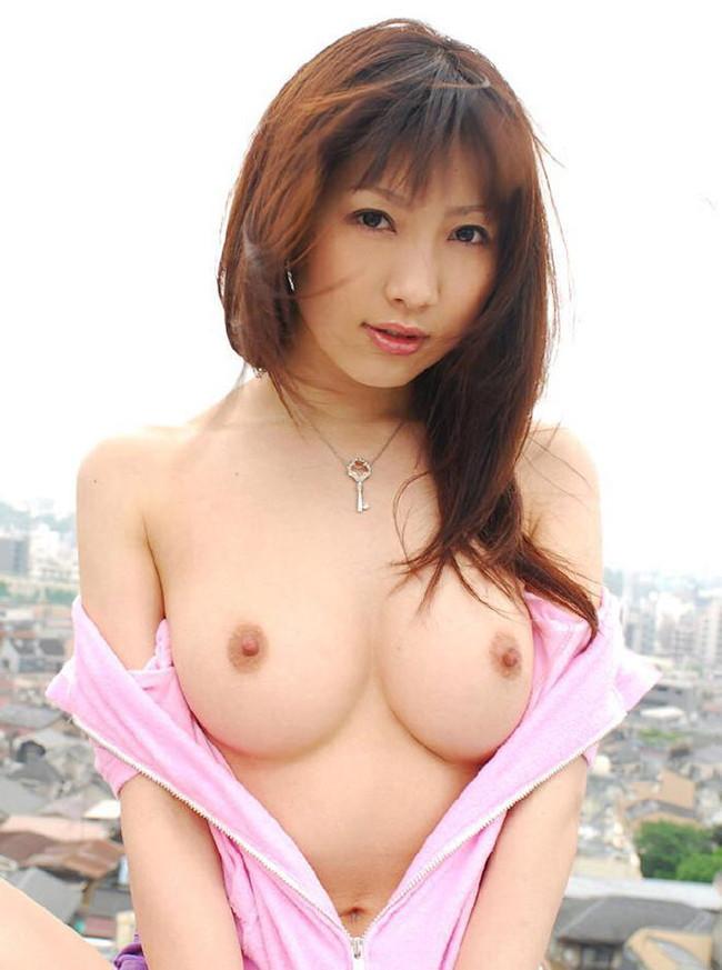 【おっぱい】おっぱいの乳輪サイズが小さいと乳首の主張が激しくてエロすぎる【30枚】 24