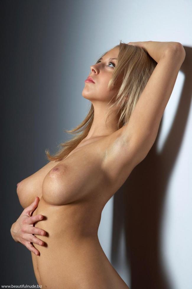 【おっぱい】金髪美女のスレンダーな巨乳おっぱいがど迫力でエロすぎる【30枚】 13