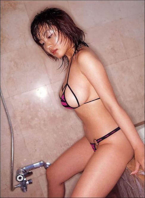 【おっぱい】ほとんど裸のマイクロビキニ姿が水着史上最高にエロすぎる!【30枚】 04