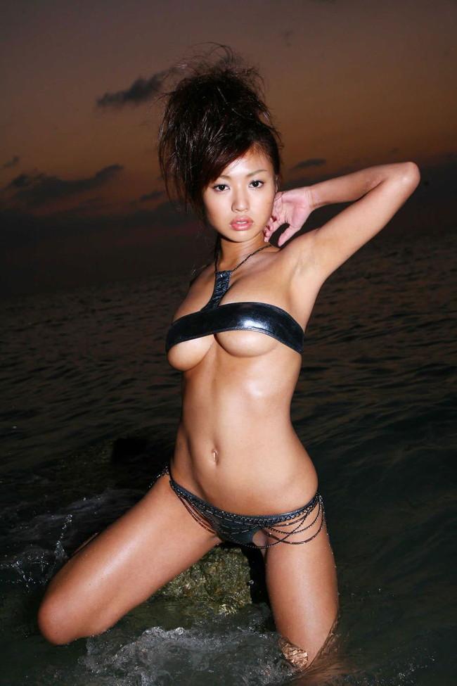 【おっぱい】ほとんど裸のマイクロビキニ姿が水着史上最高にエロすぎる!【30枚】 30