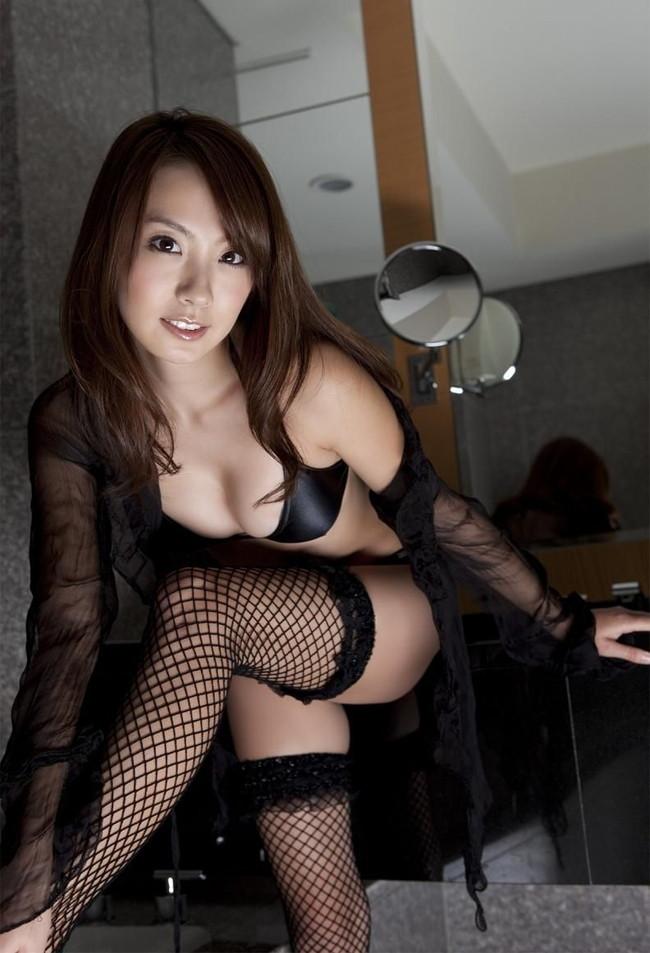 【おっぱい】大人の魅力が満点の黒下着に包まれたおっぱいがエロすぎる【30枚】 16