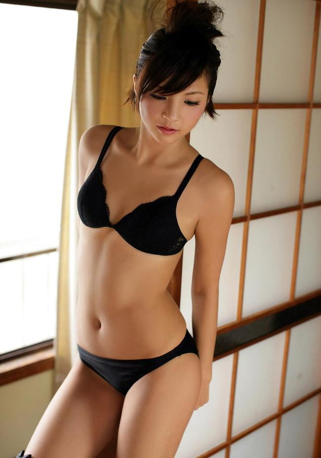 【おっぱい】大人の魅力が満点の黒下着に包まれたおっぱいがエロすぎる【30枚】 20