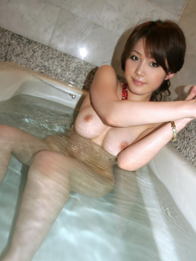 【おっぱい】水も滴るいい女!お風呂で丸出しにしちゃってるおっぱいが癒してくれるしエロすぎる【30枚】 14