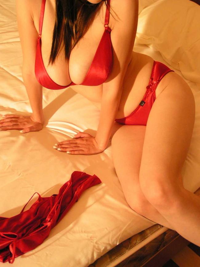 【おっぱい】悩殺されてしまうやろ!赤い下着姿のおっぱいがエロすぎる!【30枚】  03