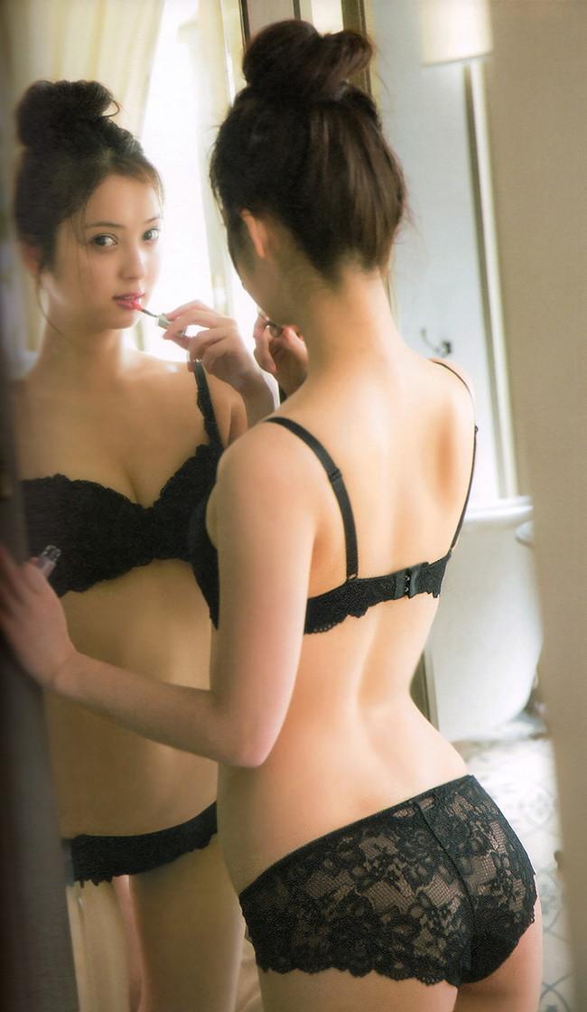 【おっぱい】漆黒のブラック。黒い下着を身にまとう美女のおっぱいがエロすぎる【30枚】 30