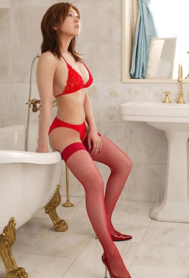 【おっぱい】真っ赤な下着姿の美女のおっぱいがあまりにもエロすぎてやばい【30枚】 05