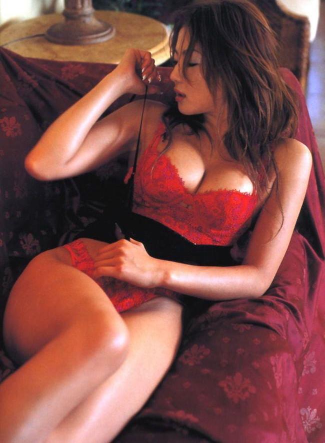 【おっぱい】真っ赤な下着姿の美女のおっぱいがあまりにもエロすぎてやばい【30枚】 09