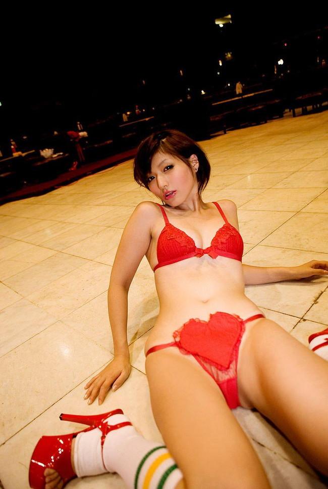 【おっぱい】真っ赤な下着姿の美女のおっぱいがあまりにもエロすぎてやばい【30枚】 16
