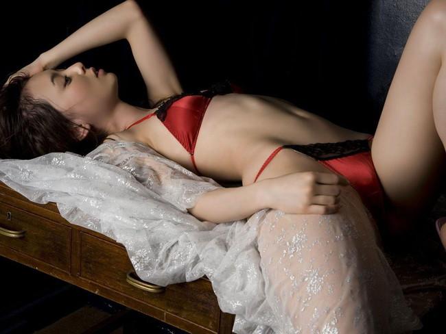 【おっぱい】真っ赤な下着姿の美女のおっぱいがあまりにもエロすぎてやばい【30枚】 21