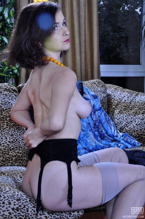 【おっぱい】おっぱい丸出しでなおかつガーターベルトがセクシーな女集めてみた! 23