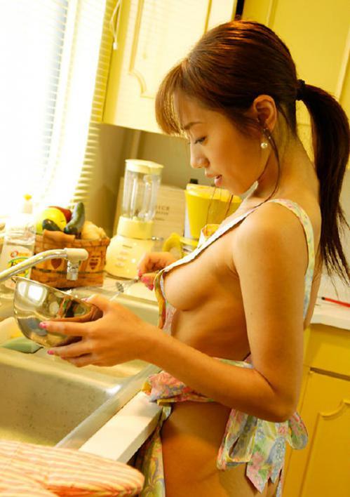 【おっぱい】男のロマンといっても過言ではない裸エプロン!はみ出るむちむちの肉体がたまらない! 25