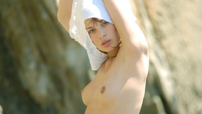 【おっぱい】金髪女が髪の毛を振り乱しながらおっぱいさらけ出してるエロ画像! 12