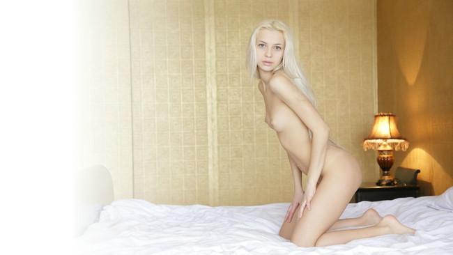 【おっぱい】金髪女が髪の毛を振り乱しながらおっぱいさらけ出してるエロ画像! 26